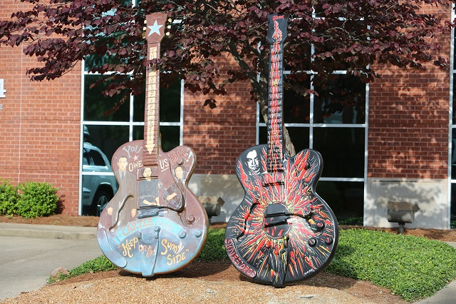 2013-05-05-tennessee-nashville 093-guitars-640w